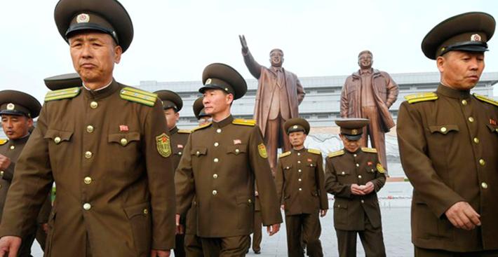 Coreia do Norte comemora 85º aniversário do exército com exercício com fogo real